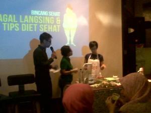 Mba Hermini, peserta dari Blogger ikut berpartispasi membuat Green Smoothiest