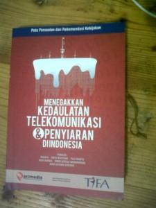 Buku ''Kedaulatan Telekomunikasi & Informasi'' yang dibagikan kepada para peserta seminar.