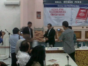 Pemberian buku Menegakkan Kedaulatan Telekomunikasi & Penyiaran DiIndonesia